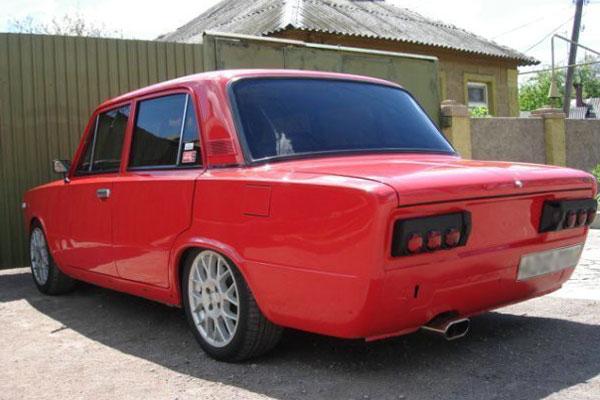 Тюнинг автомобиля ВАЗ 2106 установлены модные задние фанари и крутые диски