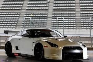 Nissan представил новый гоночный GT-R фото