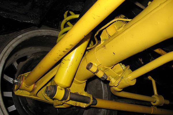 Спортивная подвеска на ВАЗ желтого цвета